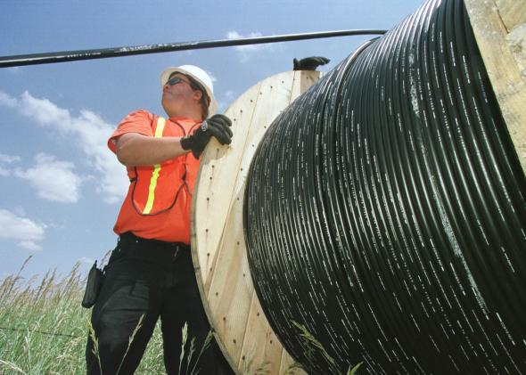 Celador manipulando bobina de fibra optica